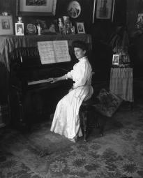 CH085 Femme inconnue au piano, vers 1905-1915.