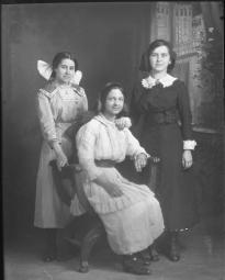 CH085 Parmi ces femmes on retrouve mademoiselle Marie-Laure Michaud, 1914.
