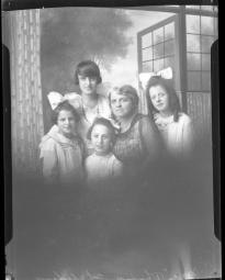 CH085 Madame Chalifoux et ses filles, vers 1919-1920.