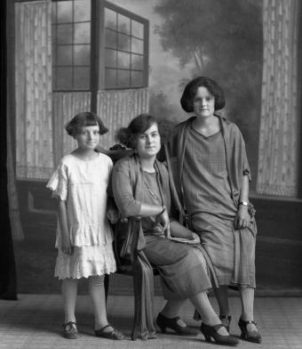 CH085 Mère et filles au nom inconnu, 1924.