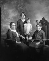 CH085 Quatre générations de femmes dont le nom est inconnu,1930.