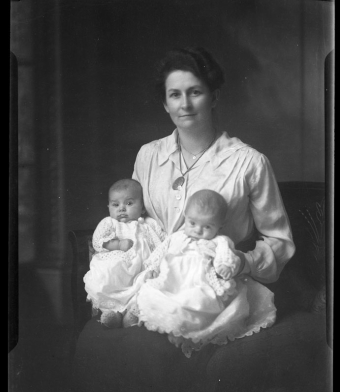 CH085 Madame Clovis Fournier et deux enfants, 1929.