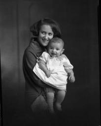 CH085 Femme inconnue et un bébé, 1924.