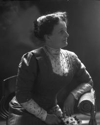 CH085/001/002/1350 Mme J.A. Viger, médecin,  vers 1905-1915.