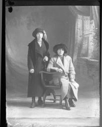 CH085, Debout, mademoiselle Delacroix, 1914.