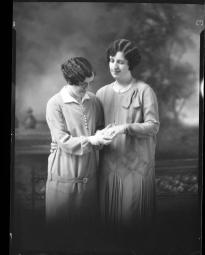 CH085 Mesdemoiselles Turcotte et Charron, 1928.