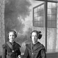 CH085 Deux soeurs dont le nom est inconnu, 1924.